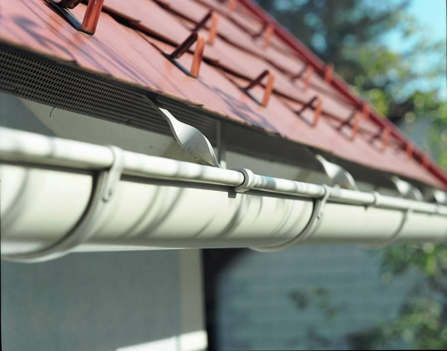 Самодельные водостоки для крыши, своими руками: как сделать водосточную систему из канализационных труб, пластиковых бутылок, дерева и профилей