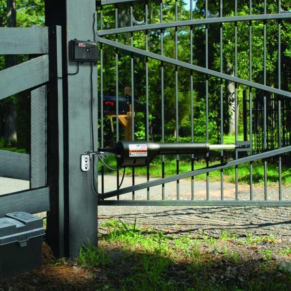 Распашные ворота (82 фото): делаем своими руками модели с калиткой, универсальные и автоматические варианты с электроприводом из сэндвич-панелей для дачи