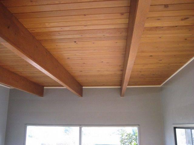 Потолок в деревянном доме: тонкости оформления интерьера