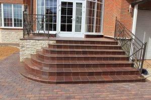 Плитка для уличных ступеней (53 фото): резиновая продукция для лестницы и крыльца, керамические продукты для укладки на улице