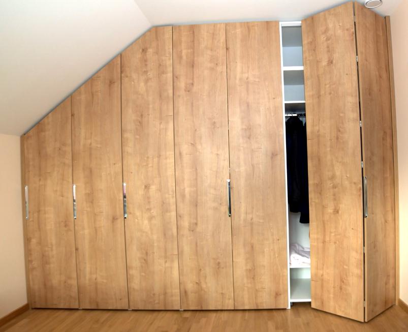 Шкаф на мансарду под крышу (33 фото): мансардные модели со скатом и скошенным углом