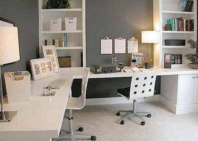 Письменный стол для двоих детей вдоль окна: угловое рабочее место для школьников   дизайн и фото