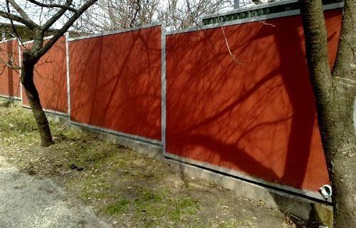 Забор из шифера – варианты с плоскими, волновыми и цветными листами, фото готовых ограждений