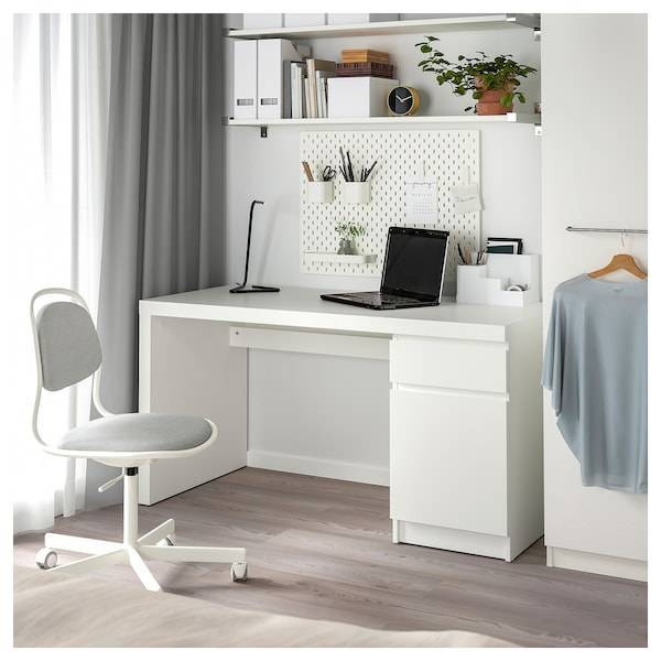 Столы ikea (73 фото): угловые рабочие модели со стеллажом и стульями, столик-трансформер с раскладной столешницей