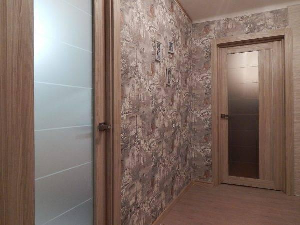 Дизайн обоев в прихожей под светлые двери — примеры в интерьере