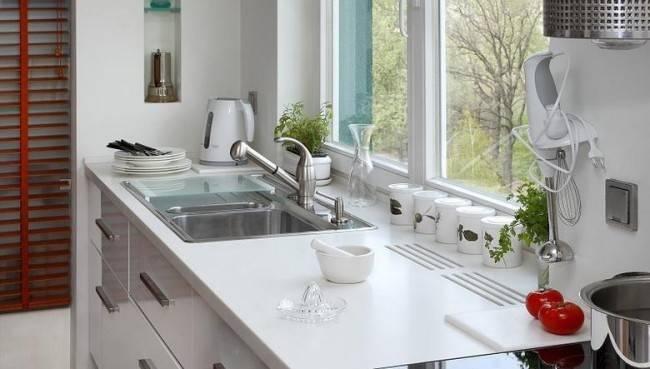 Кухня с окном в рабочей зоне, как расположить предметы, фото в интерьере