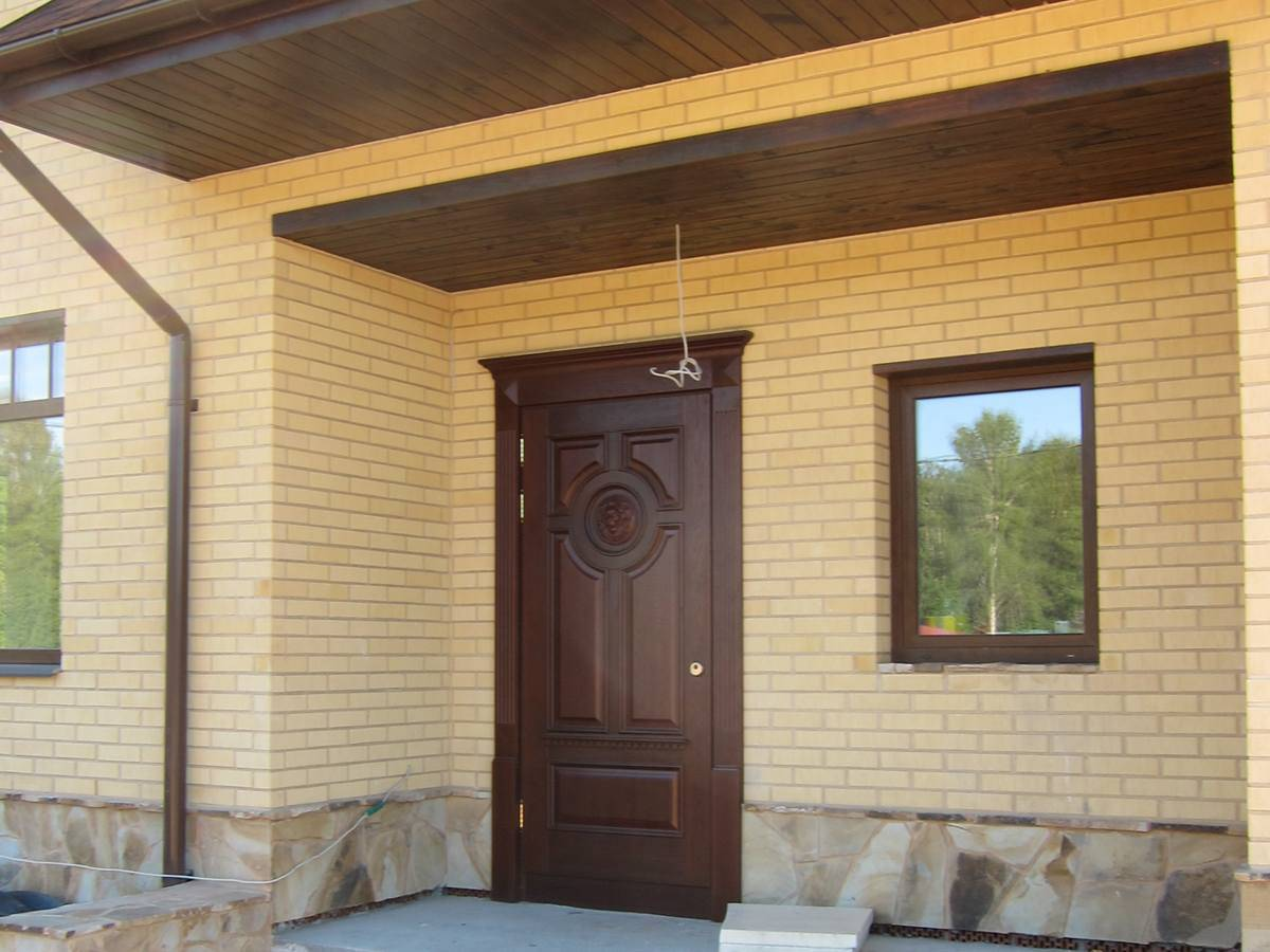 Входные двери для частного загородного дома: деревянные, пластиковые, металлические