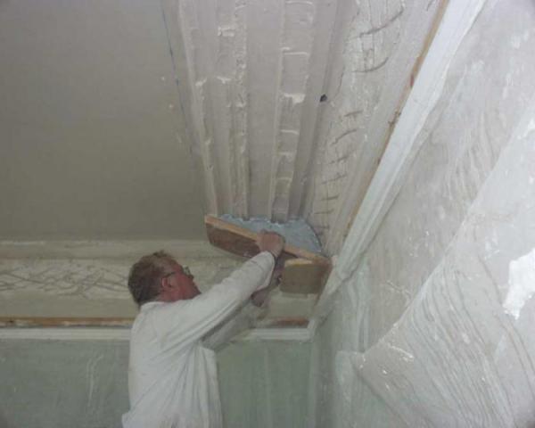 Монтаж на потолок гипсовой лепнины