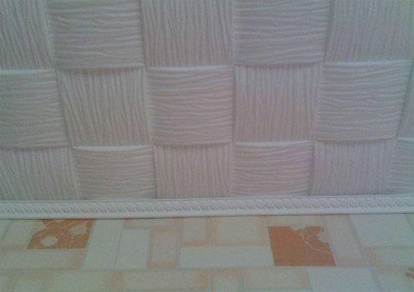 Как клеить потолочную плитку правильно из пенопласта и разные способы