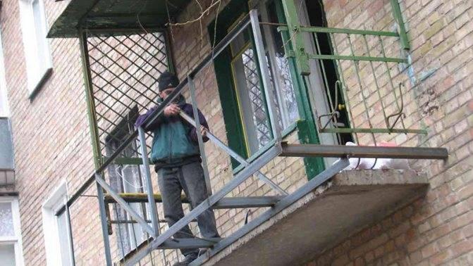 Балкон с выносом по подоконнику и полу: на сколько выносное остекление расширит площадь