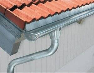 Пластиковые водостоки для крыши: монтаж и установка своими руками