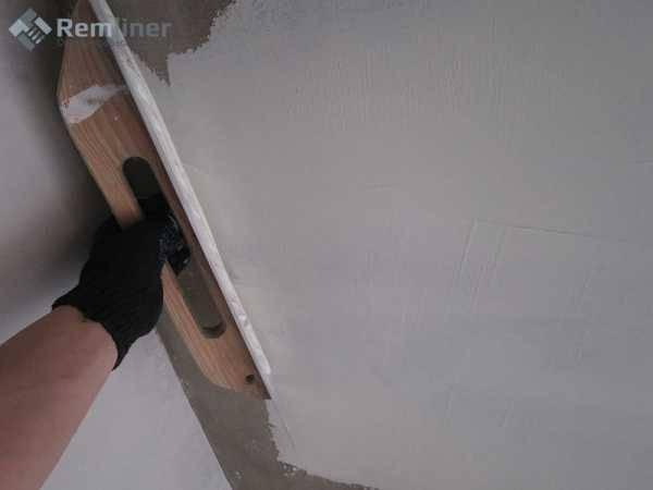 Правила и нюансы шпаклевки по бетону. виды материалов, принципы работы, советы мастеров