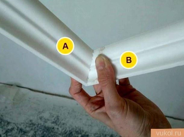 Как самому поклеить плинтусы на потолок и правильно стыковать углы?
