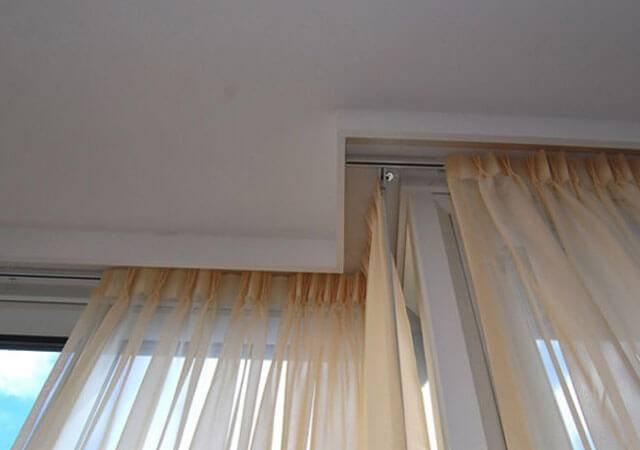 Карнизы для штор под натяжные потолки: какие лучше выбрать?