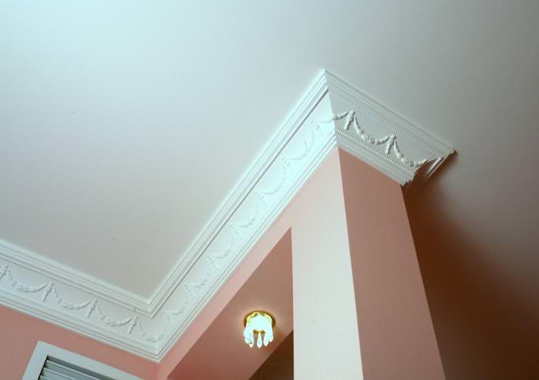 Пластиковые потолочные плинтусы (30 фото): монтаж на потолок. как установить пвх-галтель и багет? как правильно их запилить? виды и размеры плинтусов