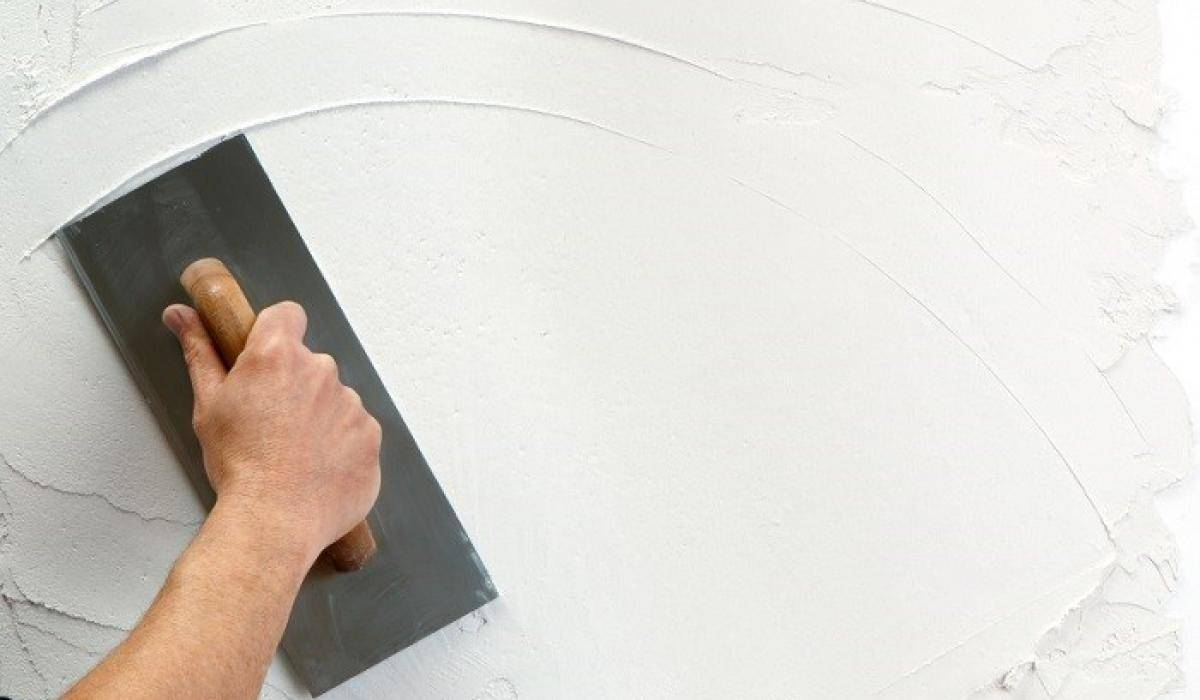 Обзор 5 производителей гипсовой штукатурки для выравнивания стен и потолков