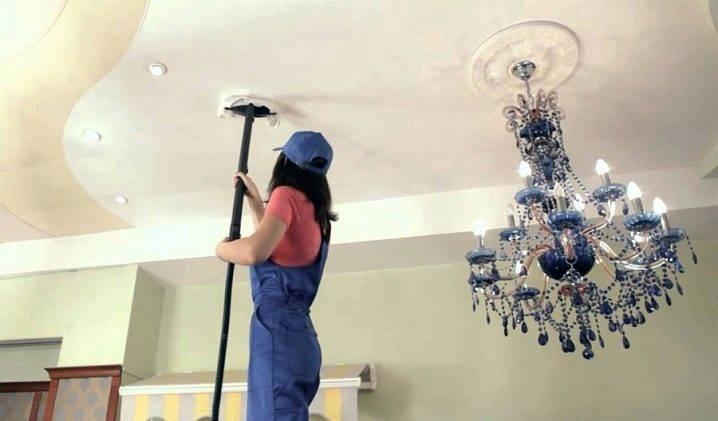 Как помыть глянцевый натяжной потолок без разводов в домашних условиях? 32 фото чем можно протирать покрытие, как лучше за ним ухаживать