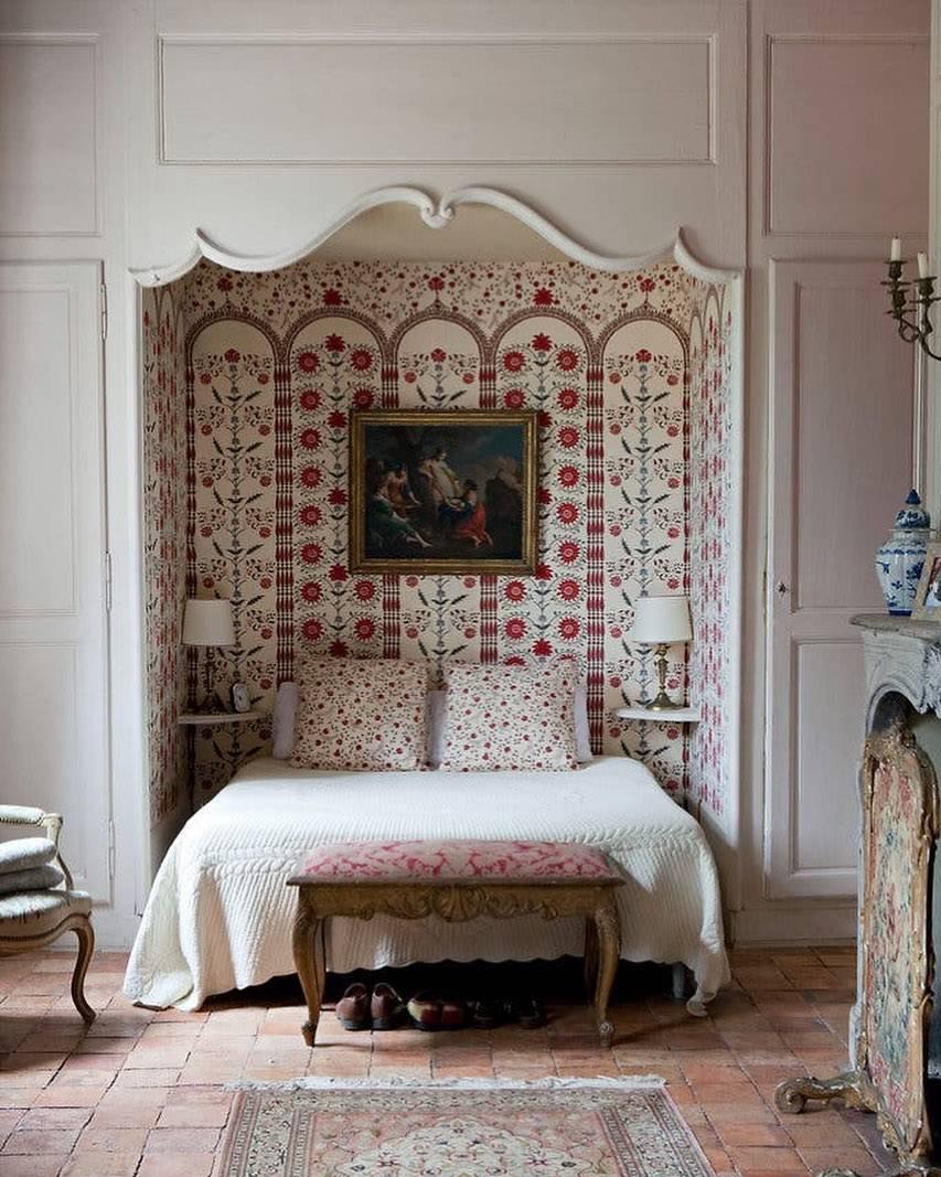 Учимся правильно размещать кровать у окна, дизайнерские приёмы для маленькой или неудобной спальни - 22 фото