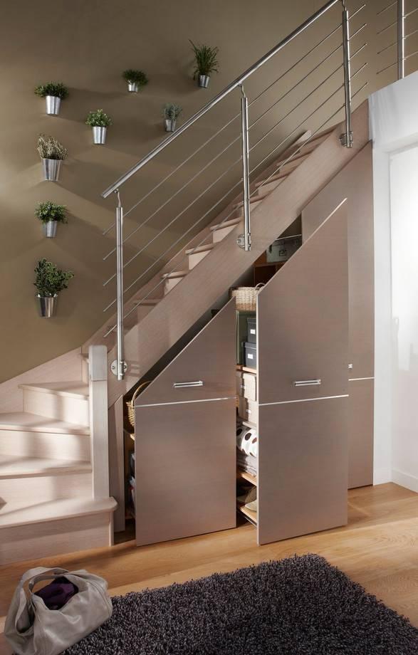 Функциональный шкаф под лестницей вчастном доме— 35 фото