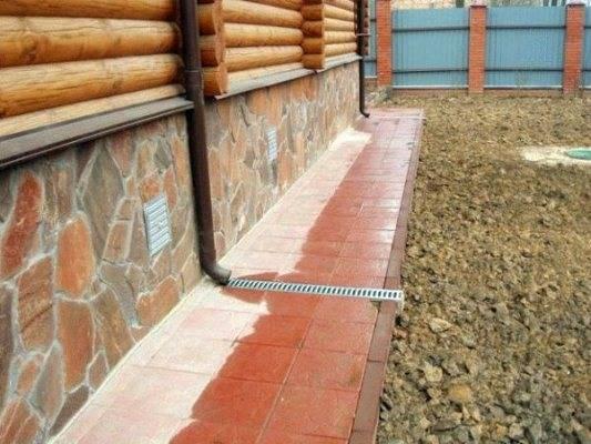 Отмостка из брусчатки вокруг дома своими руками:технология и пошаговая инструкция