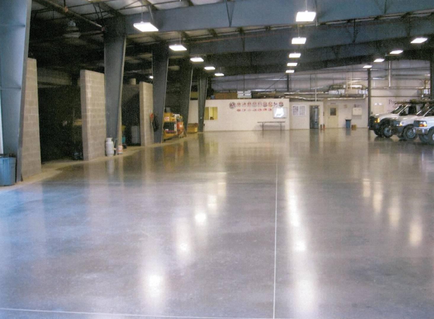 Обеспыливание и упрочнение бетонного пола: работа с топпингом и пропитками