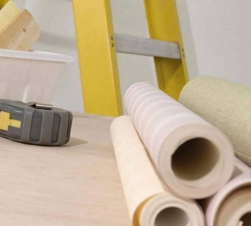 Оклейка стен бумажными обоями: описание процесса с фото и видео