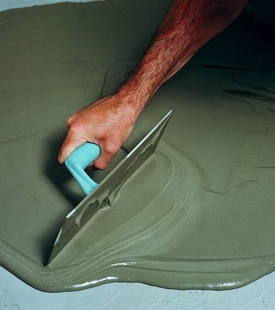Как и чем выровнять бетонный пол в квартире своими руками