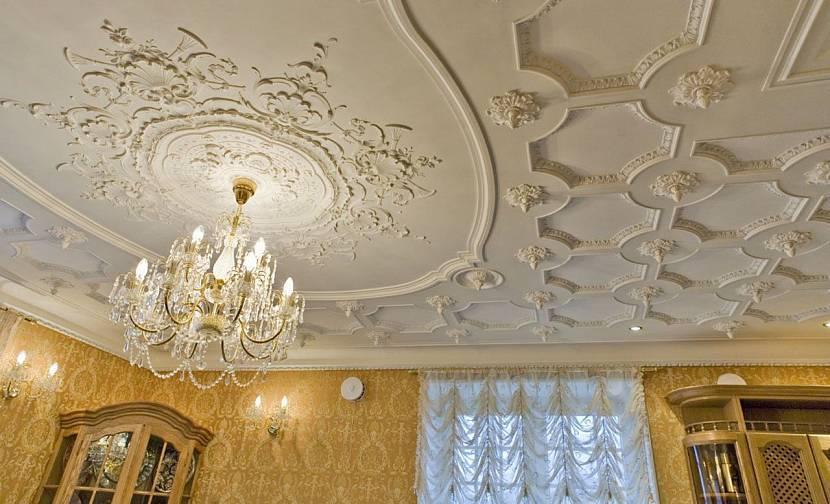 Лепнина на потолке: 60 фото, роскошные идеи под люстру, с патиной, узоры и др.