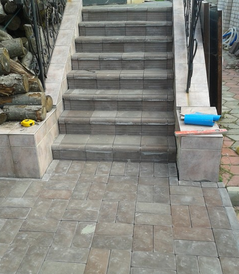 Облицовка плиткой ступеней на лестницах и крылечках.
