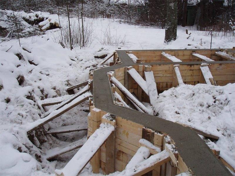 При какой температуре можно заливать фундамент: осенью, зимой, весной