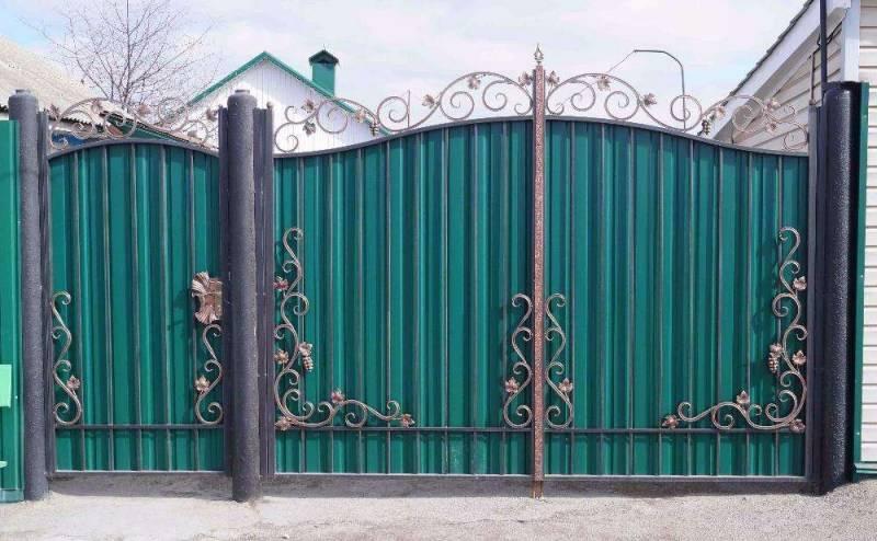 Ворота из профнастила с оригинальными элементами ковки своими руками