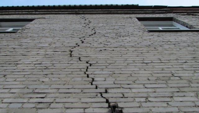 Как заделать дырку или трещину в гипсокартоне на потолке