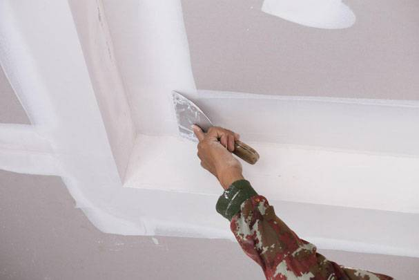 Как выравнивать шпаклевкой бетонные или деревянные стены, потолок, пол, углы в квартире, как правильно своими руками нанести стартовый состав и финишную смесь?