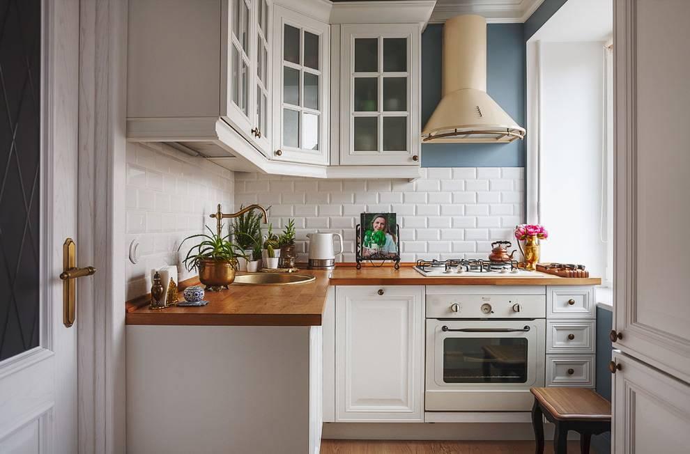 Дизайн белой кухни с черной столешницей: 5 советов и 28 идей