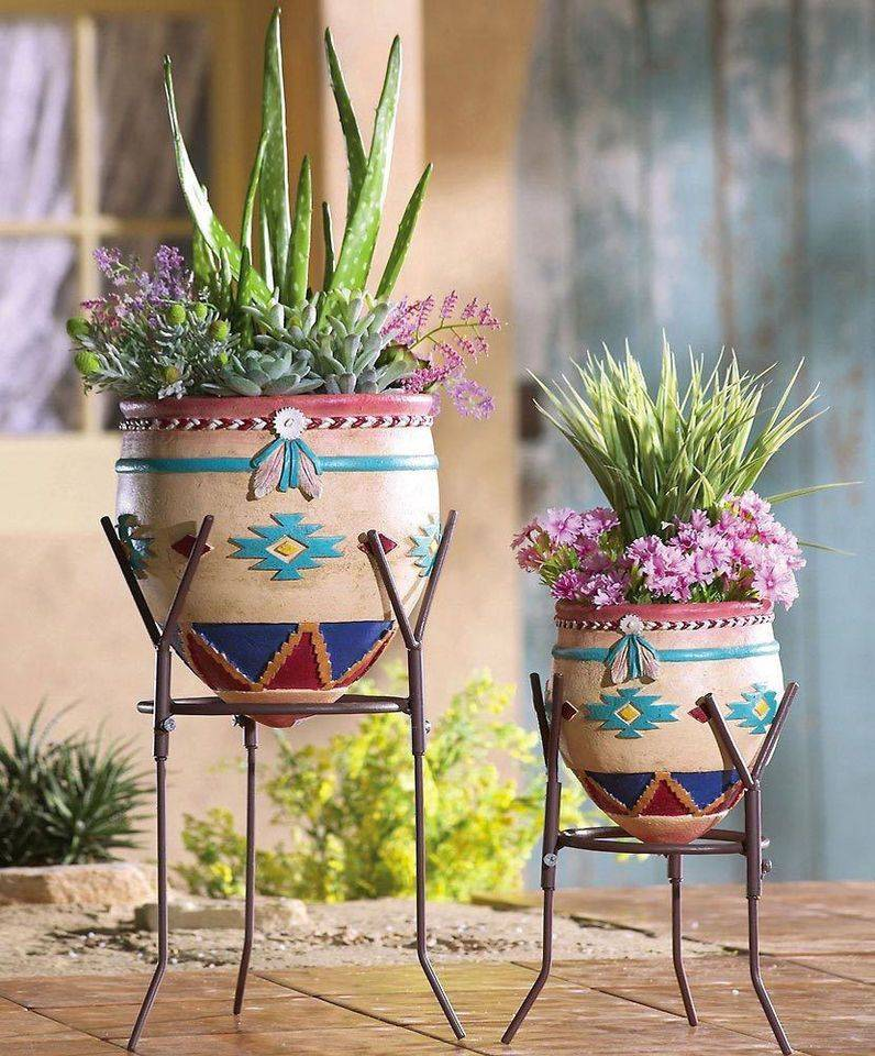 Напольная подставка для цветов (39 фото): выбираем высокую стойку на колесиках для больших комнатных растений, белые стеклянные угловые подставки в интерьере. особенности пластиковых моделей