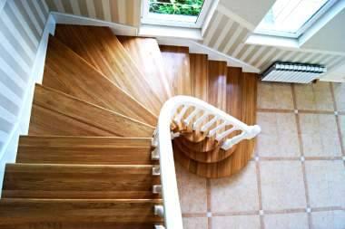 Лестница на мансарду (38 фото): лесенки на мансардный этаж в небольшом частном доме своими руками