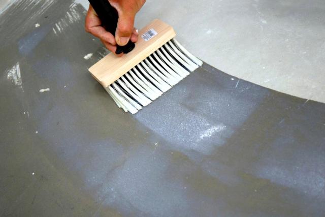 Чем покрыть бетонный пол, чтобы не пылил (чем обработать)