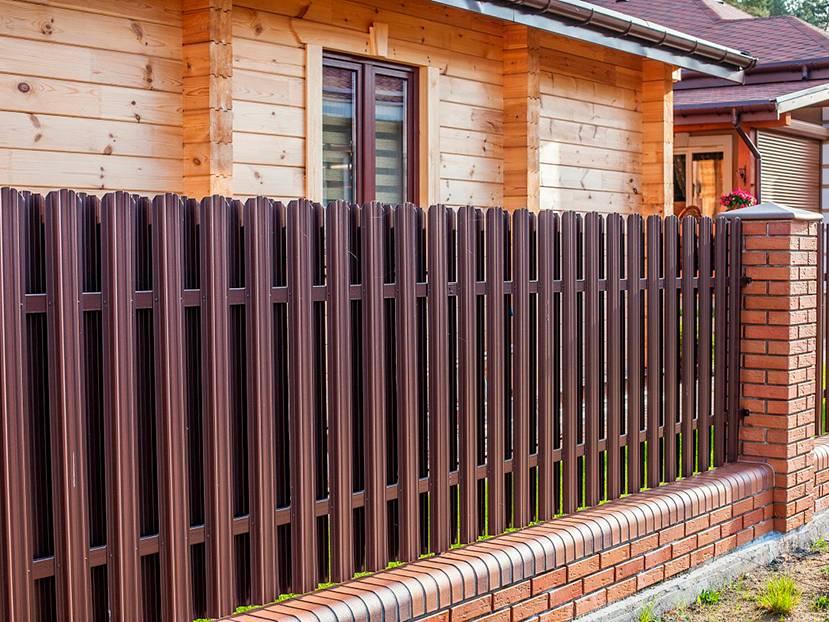 Как сделать забор из металлического штакетника на своем участке правильно своими руками