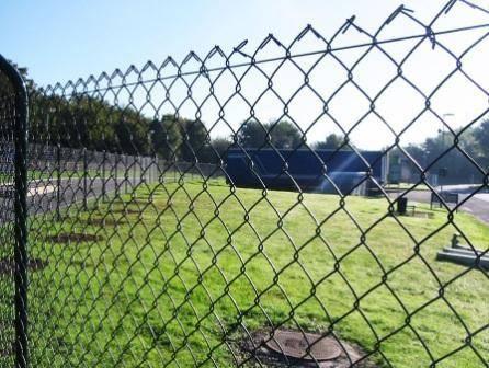Забор из сетки рабицы: виды сетки как натянуть закрепить + фото