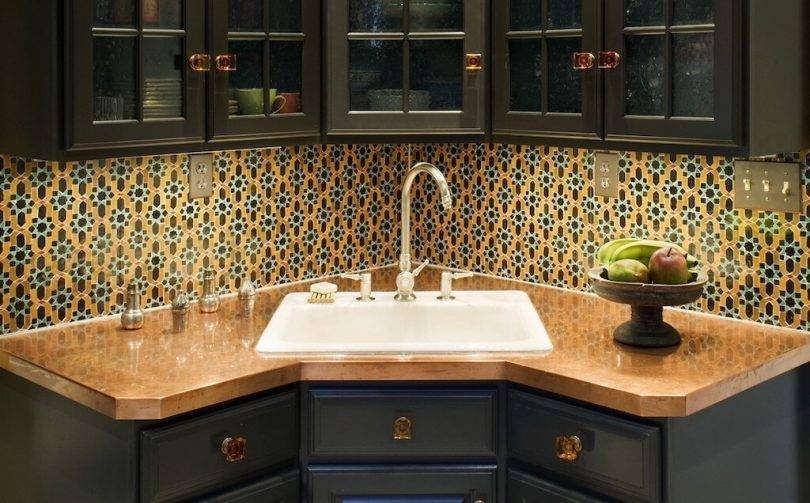 Мойка у окна на кухне: плюсы, минусы и дизайн