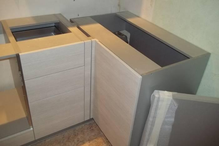 Особенности сборки и установки угловой кухни