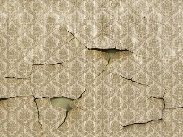 Вздулись обои на стене и в углу: виниловые, бумажные, на флизелиновой основе, а также почему это произошло во время или после поклейки, что делать и как исправить?