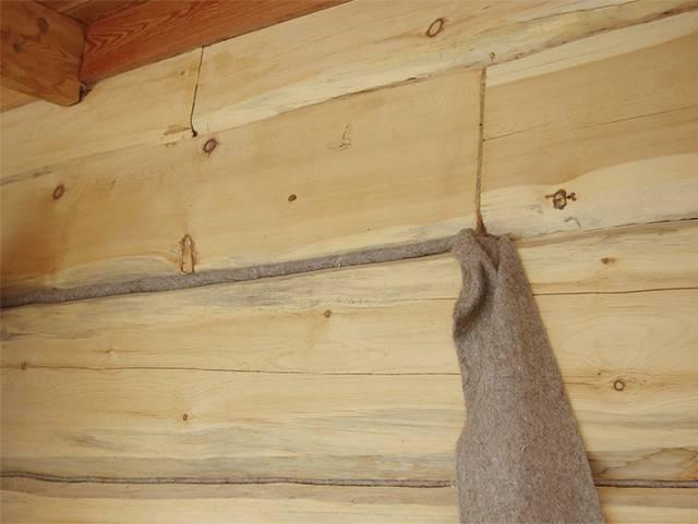 Как заделать щели в деревянном доме