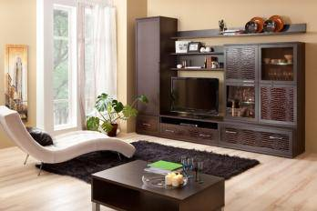 Угловая стенка в гостиную с телевизором в углу и вместительным платяным шкафом, современные стенки