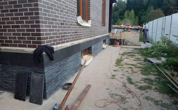 Отделка цоколя дома искусственным камнем. инструкция 2021 года