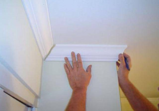 Как правильно клеить плинтуса на потолок?