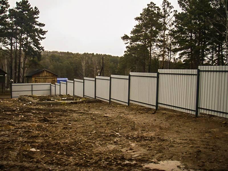 Забор на винтовых сваях из профлиста и дерева: установка, отзывы, плюсы и минусы