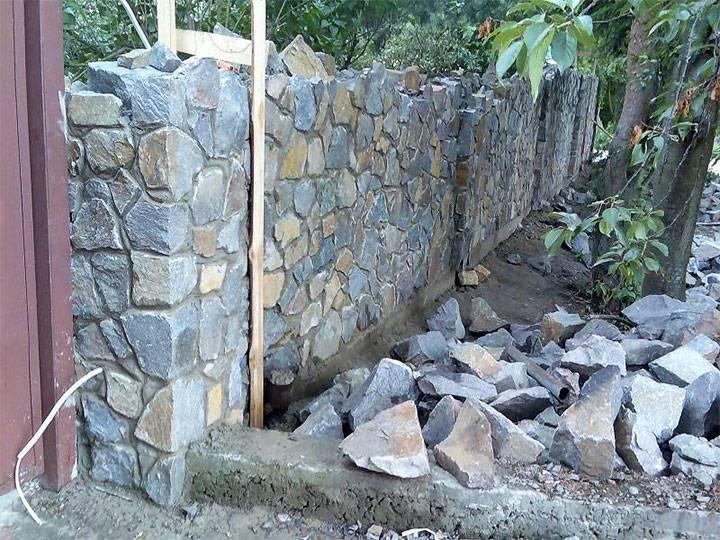 Заборы из камня, устройство фундамента под каменный забор, столбов, пролетов и отделки