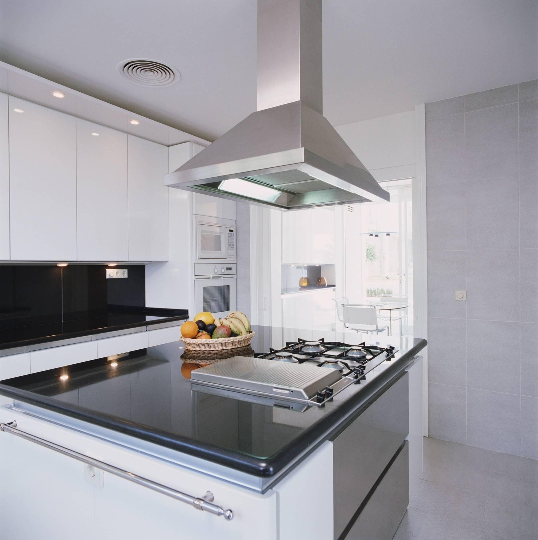 Подключение вытяжки на кухне к вентиляционному каналу — схема
