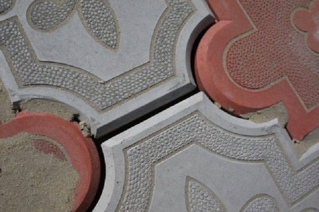 Уложить большую тротуарную плитку. кладем на землю без песка. инструменты и материалы нужные для укладки тротуарной плитки.